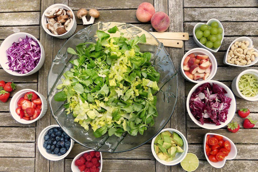 Insalata mista con frutta fresca