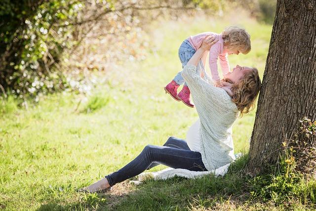 donna e madre con artrite reumatoide e riflessologia plantare