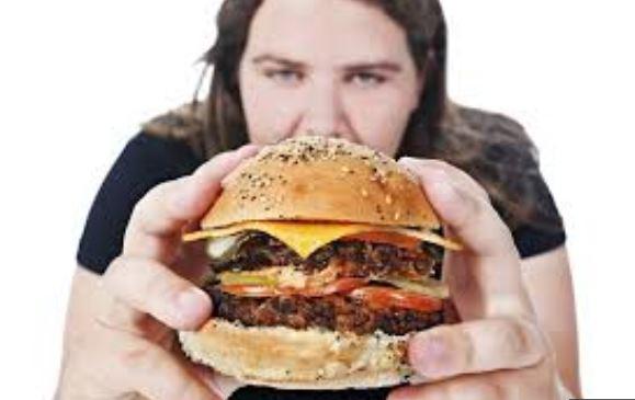 ragazza e cibo spazzatura fast food